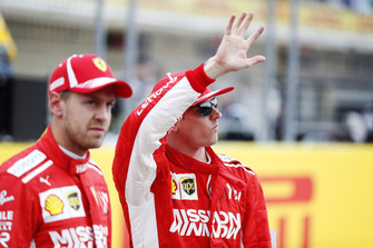 Sebastian Vettel, Ferrari, e Kimi Raikkonen, Ferrari, salutano i tifosi