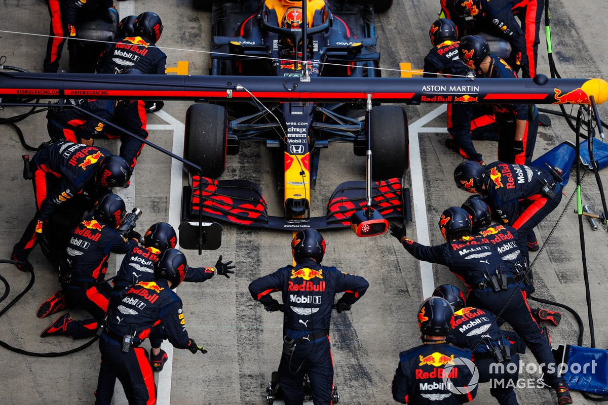 Alex Albon, Red Bull Racing RB16, makes a stop