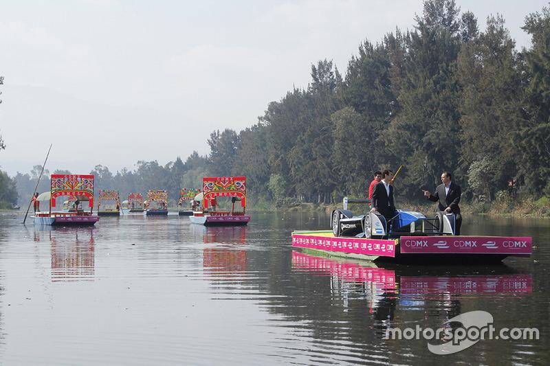 (Izq-Der)Alberto Longo, Co-fundador y Director General de Formula E y Horacio de la Vega, Director General del Indeporte de la Ciudad de México en el Show Car de Formula E a bordo de una trajinera en Xochimilco