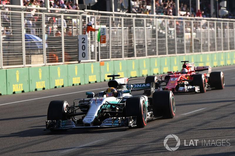 Depois, a grande controvérsia: insatisfeito com a postura de Hamilton no Azerbaijão, provocou um toque com o rival e acabou punido. A confusão custou pontos preciosos.
