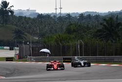 Kimi Raikkonen, Ferrari SF70H et Valtteri Bottas, Mercedes-Benz F1 W08