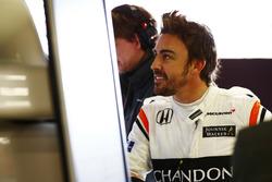 Fernando Alonso, McLaren, observe les données dans le garage