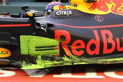 Max Verstappen, Red Bull Racing RB13, avec de la peinture aéro sur le déflecteur