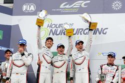 Подіум у класі LMP1: переможці гонки Тімо Бернхард, Ерл Бембер, Брендон Хартлі, Porsche Team