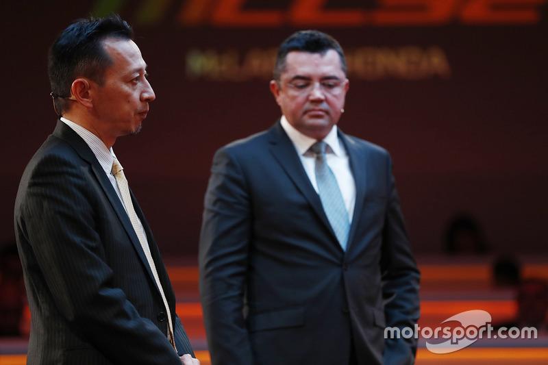Старший директор Honda Юсуке Хасегава и гоночный директор McLaren Эрик Булье на презентации автомобиля MCL32