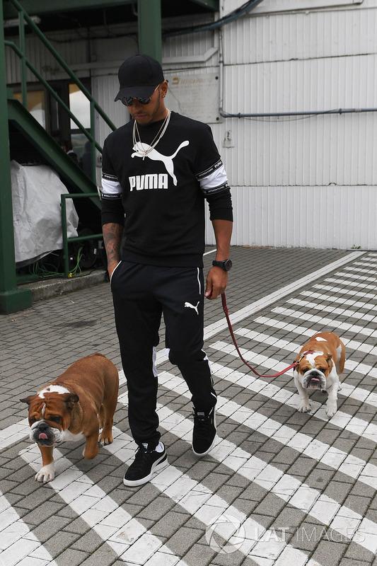 Lewis Hamilton, Mercedes AMG F1 con sus perro Roscoe y Coco