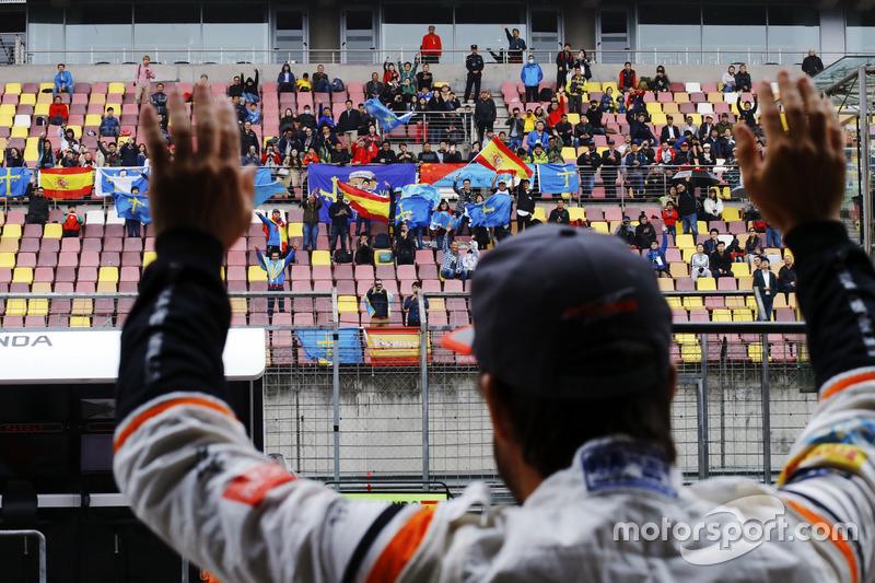 Fernando Alonso, McLaren, salue les fans