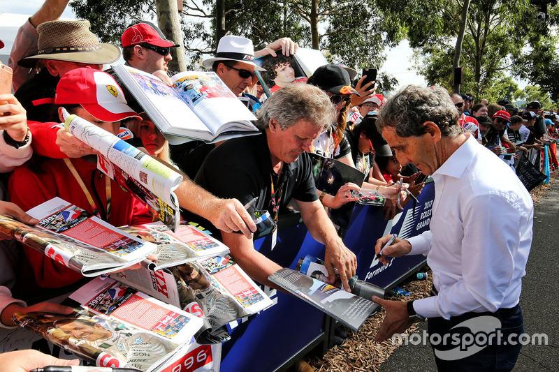 Alain Prost schreibt Autogramme