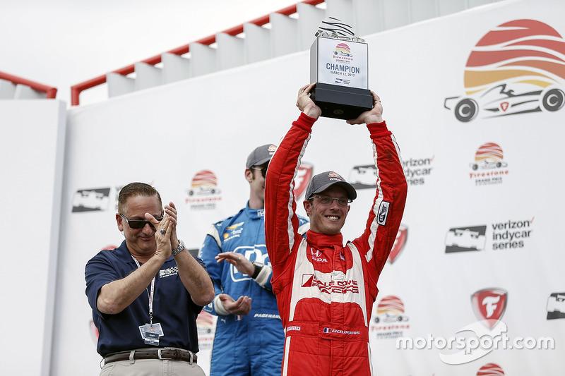 Ganador, Sébastien Bourdais, Dale Coyne Racing Honda con el trofeo
