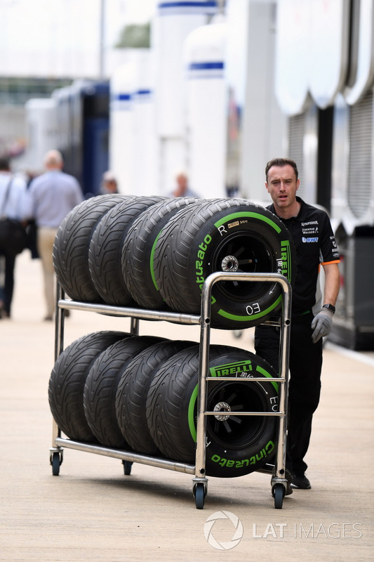 Механик Sahara Force India F1 и шины Pirelli