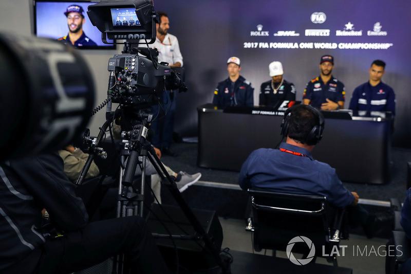 Matteo Bonciani, FIA-Pressesprecher, Daniil Kvyat, Scuderia Toro Rosso, Lewis Hamilton, Mercedes AMG F1, Daniel Ricciardo, Red Bull Racing, Pascal Wehrlein, Sauber