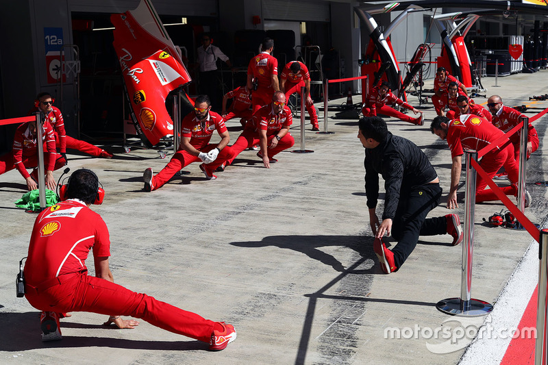 Механіки Ferrari на піт-лейн