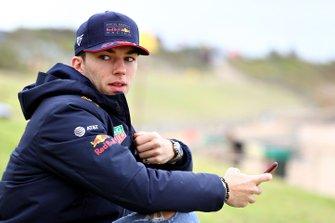 Pierre Gasly, Red Bull Racing, si prepara per fare surf