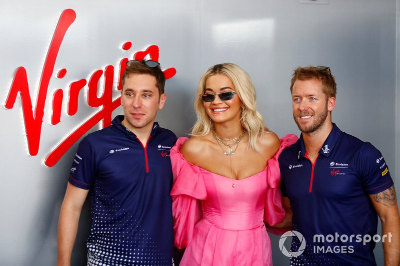 La cantante Rita Ora con Robin Frijns, Envision Virgin Racing, Sam Bird, Envision Virgin Racing