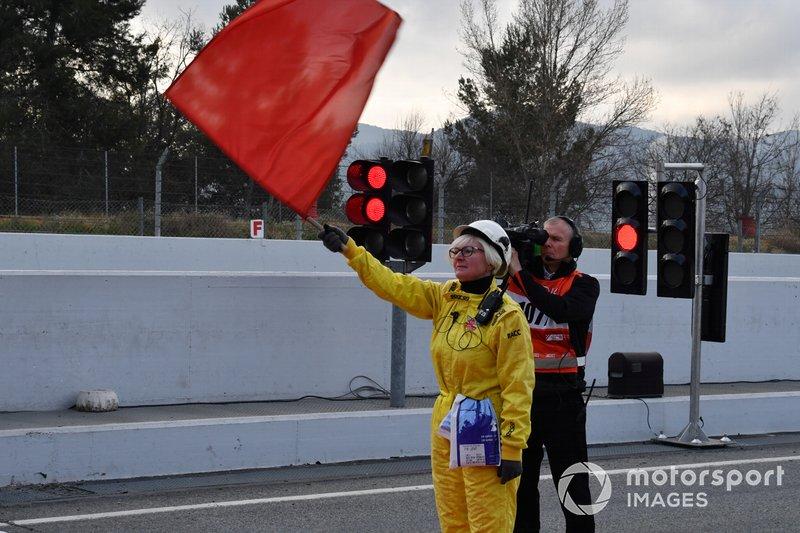 Un marshal sventola la bandiera rossa