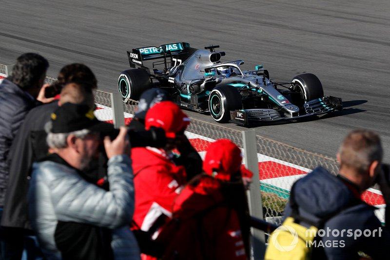 Valtteri Bottas, Mercedes-AMG F1 W10, con dei tifosi