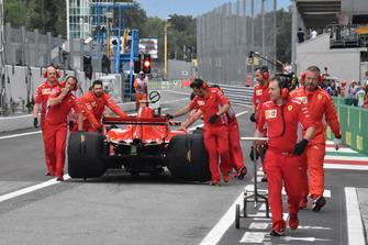 Sebastian Vettel wordt door de pitstraat geduwd