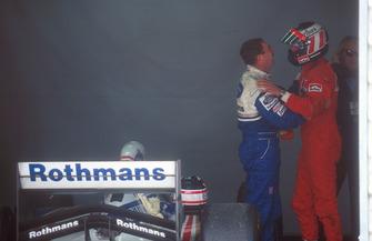 Gerhard Berger, Ferrari félicite Nigel Mansell, Williams