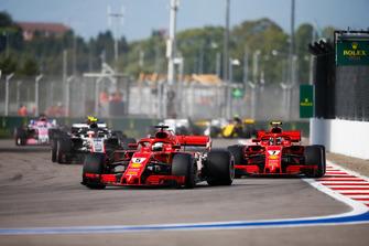 Sebastian Vettel, Ferrari SF71H, precede Kimi Raikkonen, Ferrari SF71H, e Kevin Magnussen, Haas F1 Team VF-18
