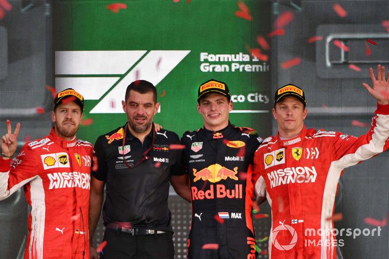 Podio: segundo lugar Sebastian Vettel, Ferrari, Guillaume Rocquelin, ingeniero de carreras de Red Bull Racing, ganador Max Verstappen, Red Bull Racing y tercer lugar Kimi Raikkonen, Ferrari celebran