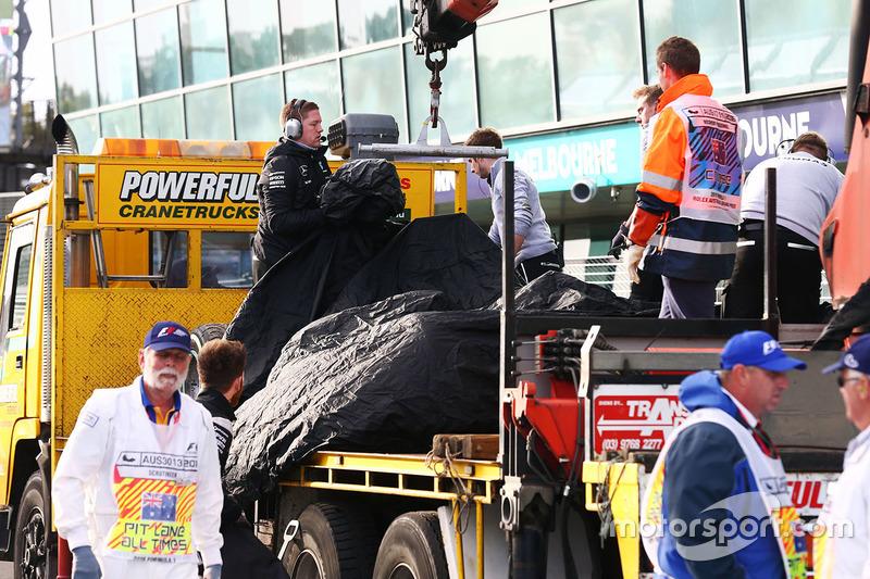 Carro de Nico Rosberg é totalmente coberto antes de ser levado de volta aos boxes