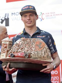 Max Verstappen, Red Bull Racing con el Trofeo Lorenzo Bandini