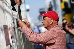Niki Lauda, Presidente no ejecutivo de Mercedes firma autógrafos para los fans