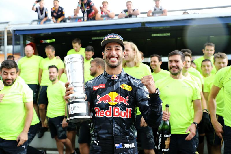 2. Daniel Ricciardo, Red Bull Racing, feiert mit dem Team