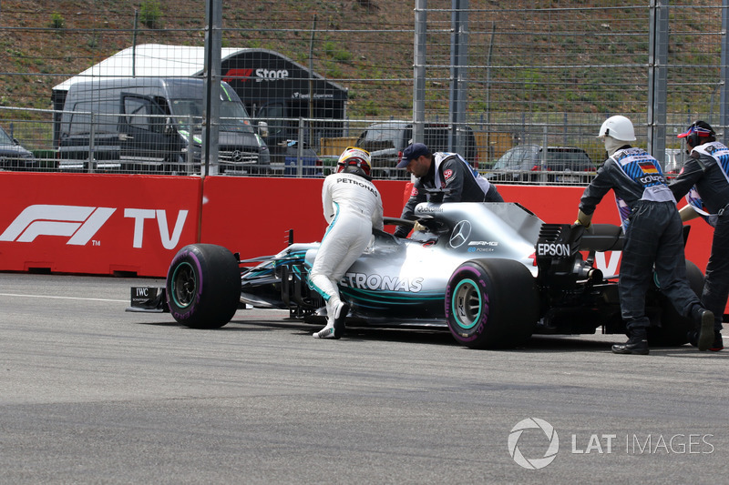 Lewis Hamilton, Mercedes-AMG F1 W09, se detiene y empuja su coche