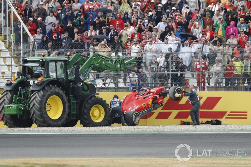 La monoposto di Sebastian Vettel, Ferrari SF71H, viene rimossa dopo l'incidente