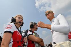 Marcus Ericsson, Sauber, Xevi Pujolar, Capo dell'ingegeria in pista, Sauber, e Ruth Buscombe, ingegnere della strategia, Sauber, in griglia di partenza