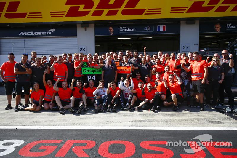 Romain Grosjean, Haas F1 Team, Kevin Magnussen, Haas F1 Team, et toute l'équipe Haas F1 team fêtent leur meilleur résultat