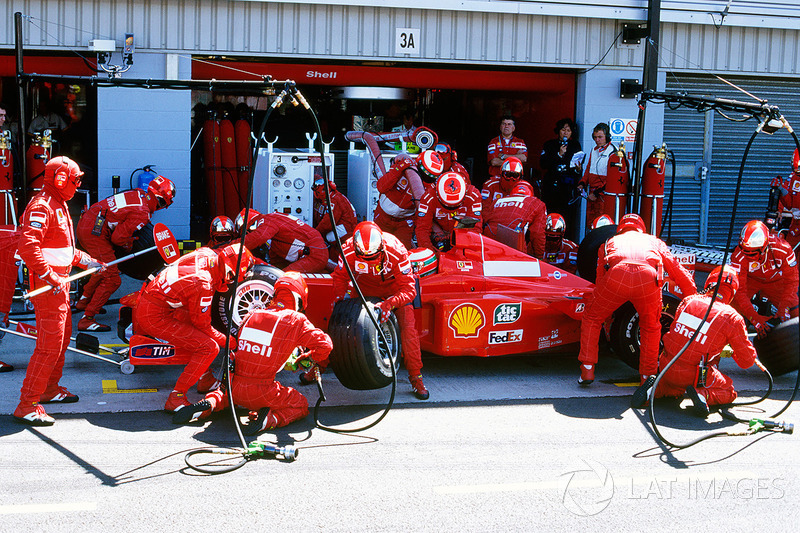 Al mismo tiempo, los problemas en los pits ocurrieron con Irvine y los mecánicos de Ferrari, ya que se equivocó de pit y se detuvo en el lugar erróneo. Debido a esto perdió segundos valiosos y el liderazgo con Coulthard. Más tarde, Irvine justificó el hecho de la equivocación en el pit lane debido a la mecánica de McLaren, que bloqueó su visión.