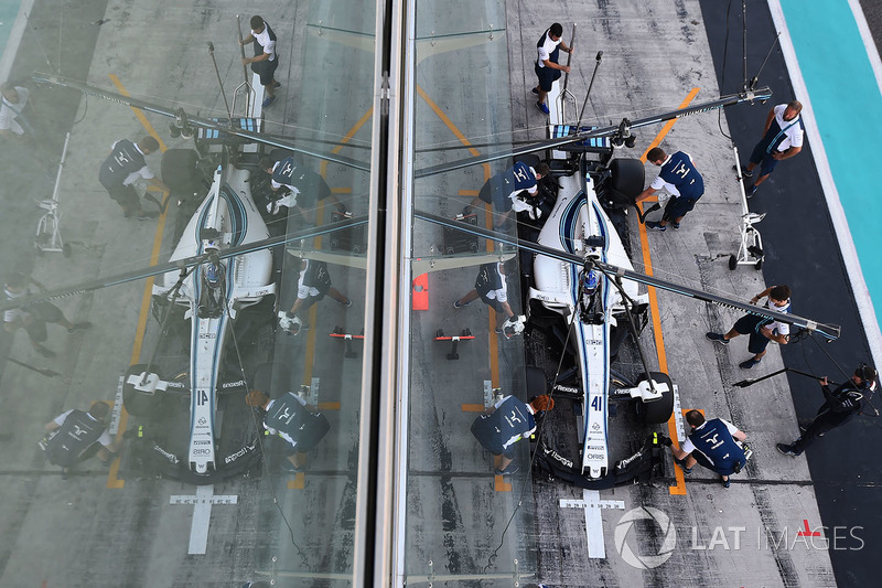 Sergey Sirotkin, Williams FW40 makes a practice pitstop