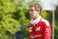 Sebastian Vettel, Ferrari, con la felpa la cui replica è in palio per il GP Predictor del GP dell'Azerbaijan