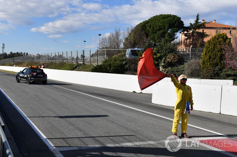 Marshal kibaskan bendera merah