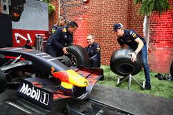 Max Verstappen, Red Bull Racing, Paul Monagan y David Tsurusaki afrontan un desafío de parada en boxes