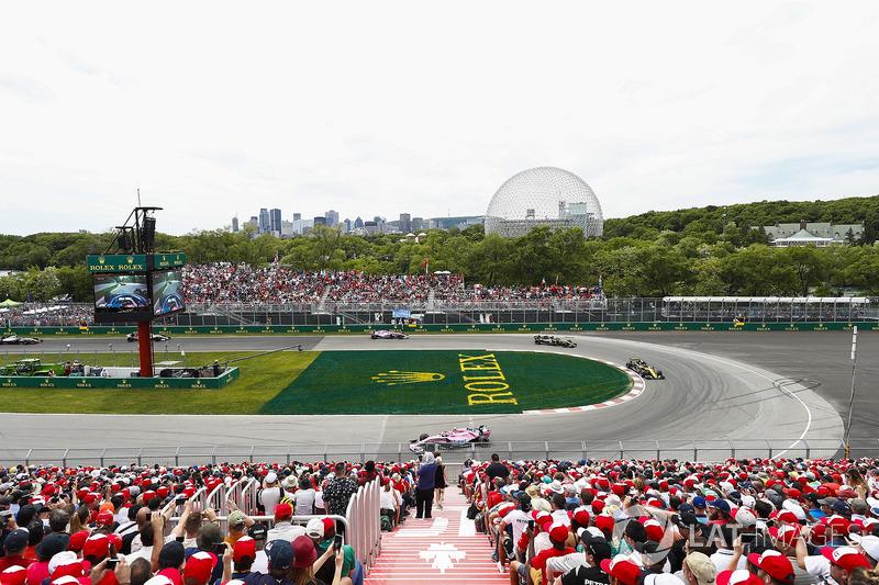 Esteban Ocon, Force India VJM11, leads Nico Hulkenberg, Renault Sport F1 Team R.S. 18, and Carlos Sa