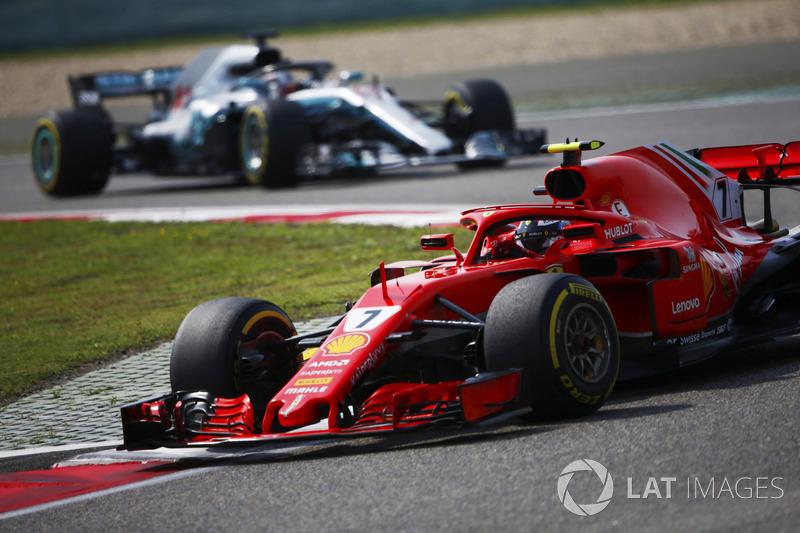 Kimi Raikkonen, Ferrari SF71H, por delante de Lewis Hamilton, Mercedes AMG F1 W09