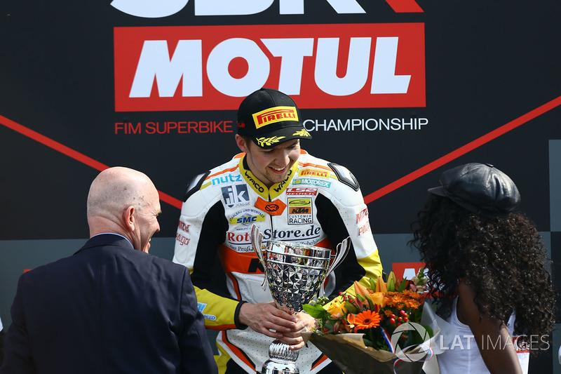Sur le podium du SSP300 : le vainqueur Luca Grunwald
