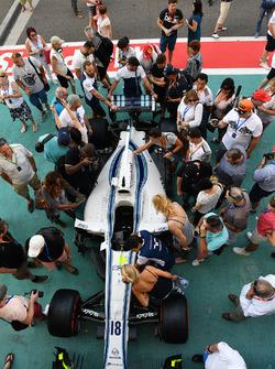 Williams FW40 y fans en pit lane