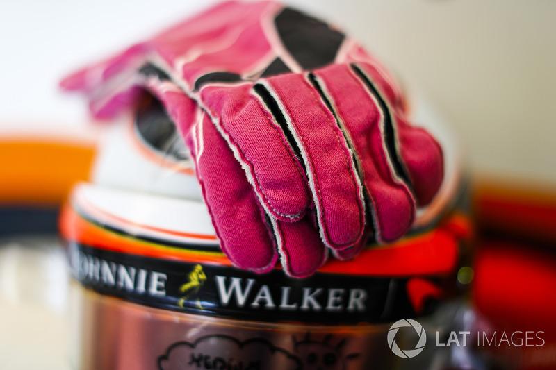 Stoffel Vandoorne'nun eldivenleri ve kaskı, McLaren