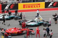 Il poleman Lewis Hamilton, Mercedes-Benz F1 W08 festeggia nel parco chiuso con Sebastian Vettel, Ferrari SF70H e Valtteri Bottas, Mercedes-Benz F1 W08