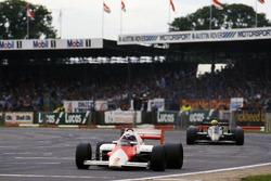 Alain Prost, McLaren MP4/2B lidera a Ayrton Senna, Lotus 95T