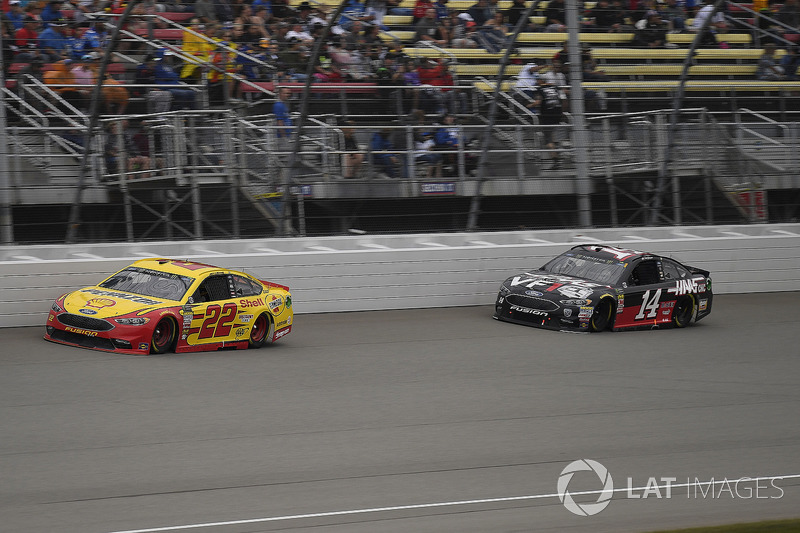 Joey Logano, Team Penske, Ford Fusion Shell Pennzoil e Clint Bowyer, Stewart-Haas Racing, Chevrolet