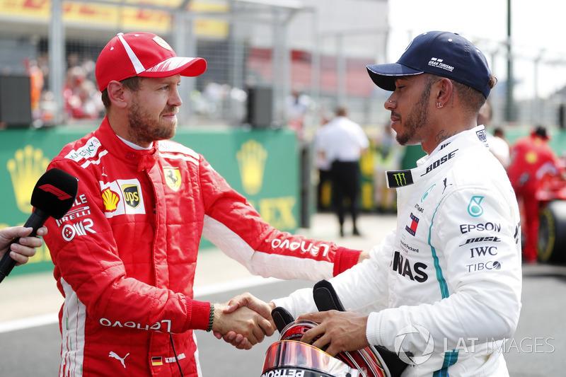 Sebastian Vettel, Ferrari, si congratula con Lewis Hamilton, Mercedes AMG F1, al termine delle qualifiche