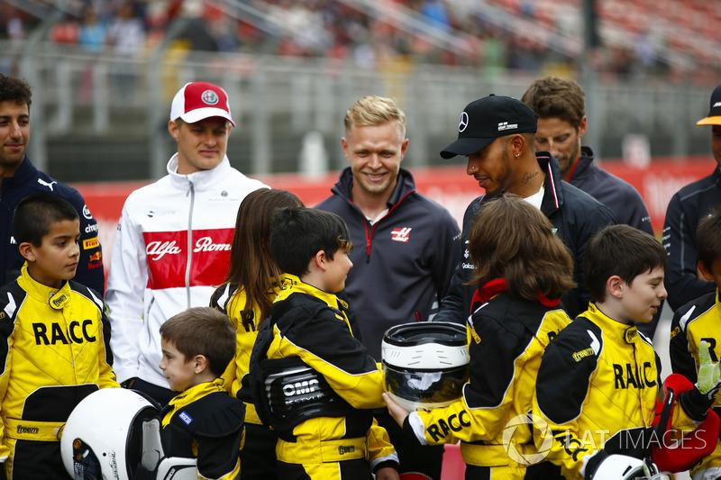 Giovani karteristi sostenuti dalla RACC, il più grande auto club spagnolo, posano con Daniel Ricciardo, Red Bull Racing, Marcus Ericsson, Sauber, Kevin Magnussen, Haas F1 Team, Lewis Hamilton, Mercedes AMG F1, Romain Grosjean, Haas F1 Team, e Stoffel Vando