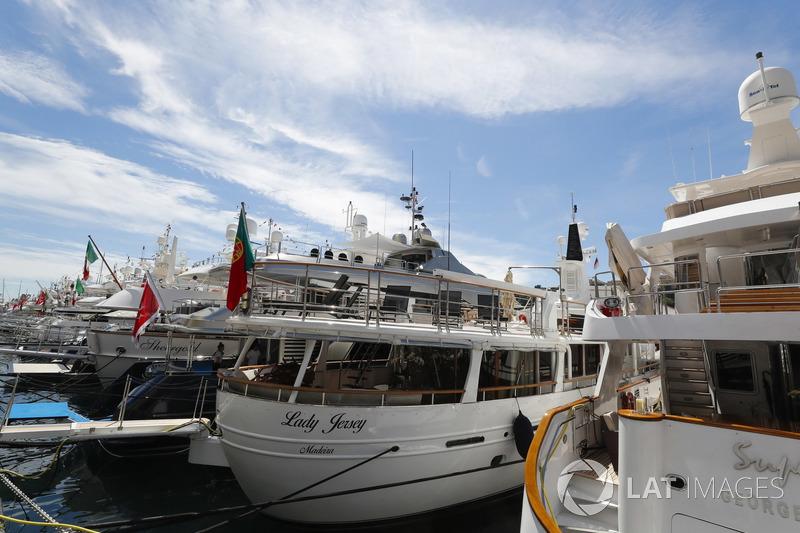 Des yachts dans le port