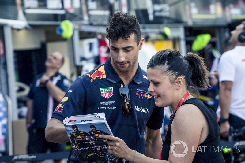 Daniel Ricciardo, Red Bull Racing signs an autograph