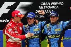 Podio: il vincitore della gara Fernando Alonso, Renault, il secondo classificato Michael Schumacher, Ferrari e il terzo classificato Giancarlo Fisichella, Renault